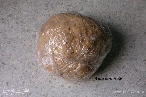 Тесто обмотать пищевой пленкой и положить в холодильник на 30 минут. Тем временем разъемную форму (26 см) смазать маслом и присыпать мукой.
