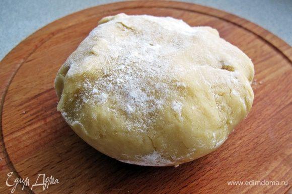 Муку смешать с разрыхлителем, 1/3 стакана сахара и солью. Добавить яйцо, мягкое масло, ряженку и замесить крутое тесто.