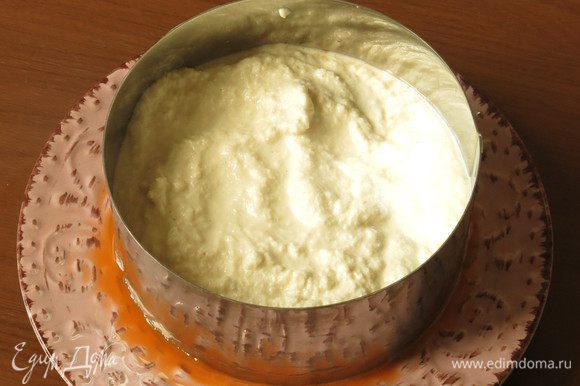 На морковь — слой крема (крема получилось чуть больше, чем использовала на торт, остатки можно использовать как соус ореховый).