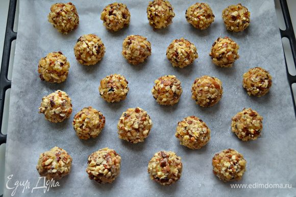 Выложите шарики на противень, выстеланный пекарской бумагой, смазанной немного маслом. Выпекайте около 40 минут при 180°С.