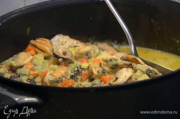 Запеченную семгу вместе с выделившимся соком выложить в сковороду, полить соусом и выключить огонь. Посыпать рыбу шнитт-луком и оставить в сковороде на 7‒10 минут.