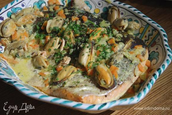 Рыбу выложить в блюдо и полить соусом с мидиями. Оставшийся соус подать на стол в отдельной посуде.
