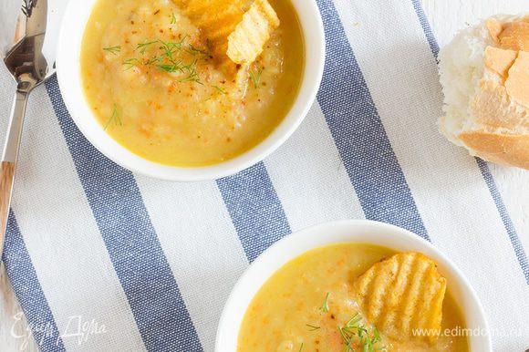 Суп измельчите блендером в пюре, затем если нужно досолите и добавьте оставшийся бульон. Разлейте по тарелкам, подавайте с крутонами или картофельными чипсами.
