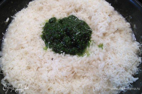 """В среднем готовка ризотто продолжается примерно 20 минут. Рис должен быть готов, но иметь плотную консистенцию """"аль денте"""". Теперь добавить пасту из черемши (мне хватило на это количество риса 4 десертных ложек) и натертый на мелкой терке пармезан, немного сыра оставить для подачи. Снять с огня, накрыть крышкой, дать отдохнуть и пропитаться около 3 минут."""