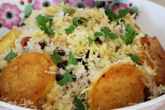 Выкладываем плов в блюдо, сверху картофель и подаем. Смачного! Получается очень вкусно. У кого нет шафрана, в оригинале предлагается пользоваться куркумой.