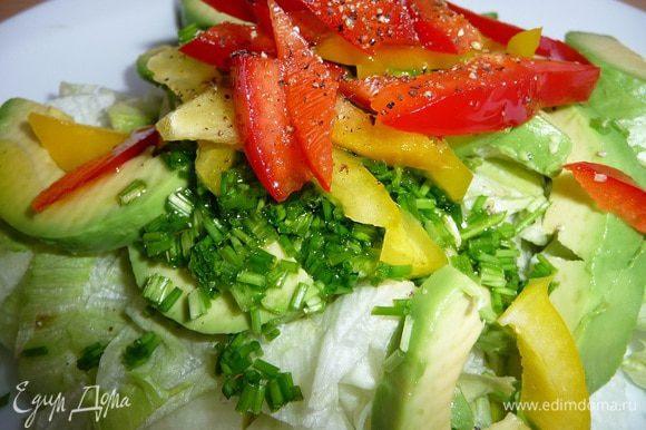 Салат посолить, добавить оливковое масло и свежемолотый перец.