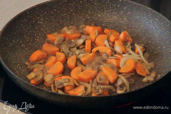 Добавляем так же произвольно нарезанную морковь и обжариваем 2 минуты. Постоянно помешиваем. Можно немножко подсолить.