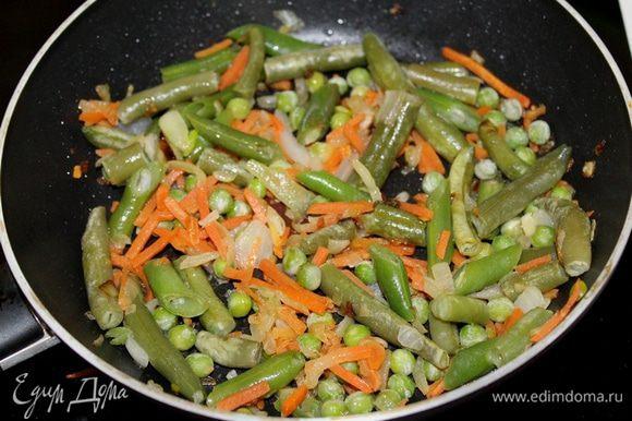 Затем добавить овощи и готовить до полуготовности овощей.