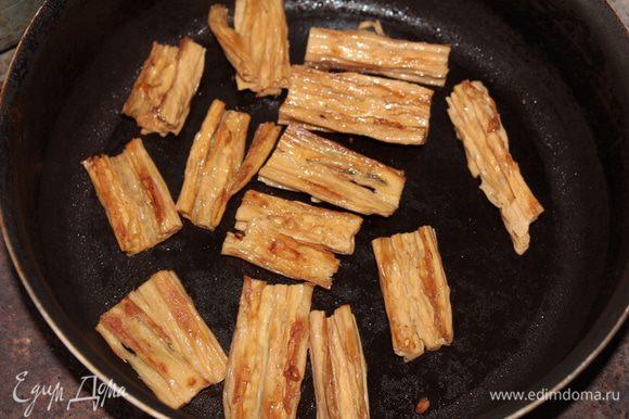 Каждый кусочек с обеих сторон обжарить до красивого румяного цвета на сухой предварительно разогретой сковороде с антипригарным покрытием.