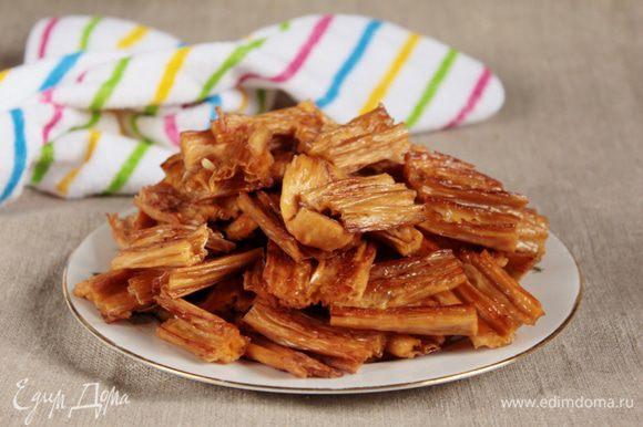 Фучжу готова, можно подавать со свежими помидорами и огурцами, а можно подать с пряным вишневым соусом.