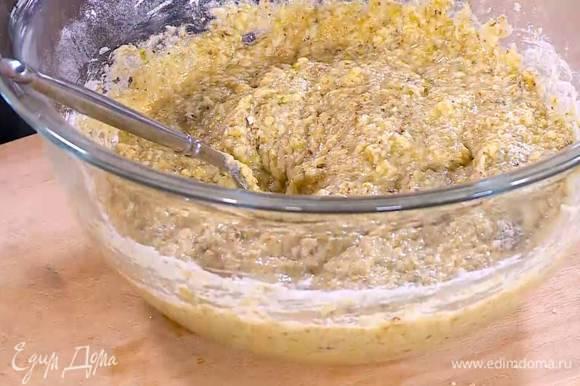 Влить ванильный экстракт, добавить измельченные орехи, муку и вымешать тесто.