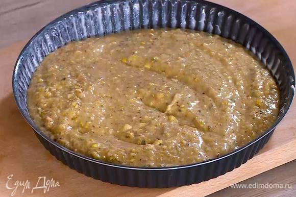 Форму для выпечки смазать оставшимся сливочным маслом, выложить тесто и разровнять его.