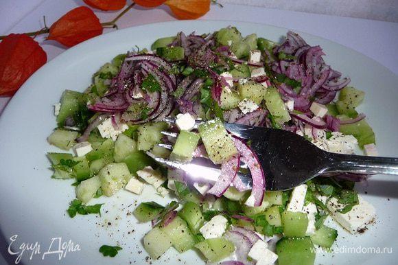 Салат слегка перемешать, добавить свежемолотый черный перец.