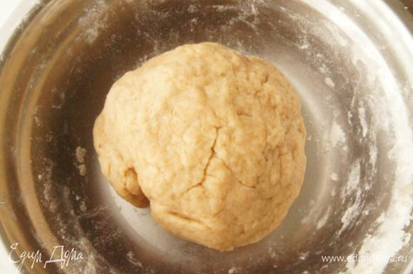 Смешать воду-масло и мучную смесь. Замесить достаточно плотное тесто. Оставить его на 10-15 минут отдохнуть.