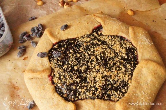Готовую галету присыпать оставшимися ореховыми крошками, немного остудить и подавать к столу!