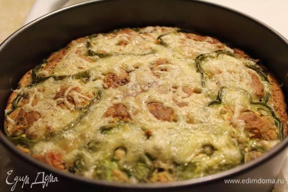 Минут через 30, почти готовый пирог посыпать оставшимся твердым сыром и отправить в духовку еще на 5-10 минут. Готовый вытащить и духовки и дать немного остыть в форме.