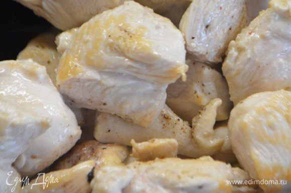 Курицу помыть, обсушить бумажным полотенцем и нарезать на крупные кубики. Сковороду хорошо разогреть, налить 1 ст.л масла и обжарить курицу на сильном огне до подрумянивания в течение 3-5 минут, периодически помешивая. Выложить курицу в чашку, посолить и поперчить.