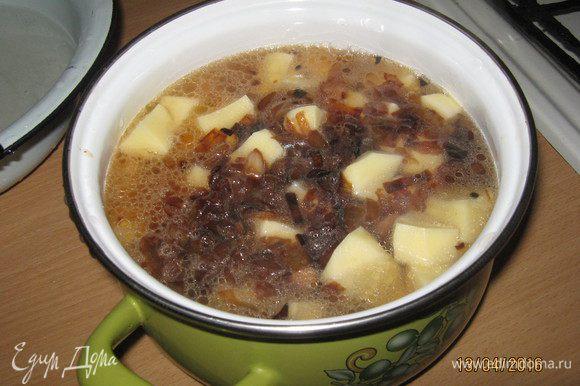 Теперь берем кастрюлю и кладем наши ингредиенты: 1-мясо; 2-картофель; 3-лук. Все заливаем водой, чтобы вода накрыла картофель. Добавляем соль. Ставим тушиться на 1.5-2 часа. За 20 мин. до готовности добавляем лавровый лист для вкуса, можно положить и перец горошком.