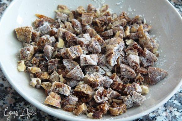 Перед тем, как будем добавлять в тесто, орехи и инжир смешаем с ложкой муки.