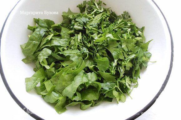 Чеснок очистить, зелень промыть и порезать, чтобы листики были средней величины.
