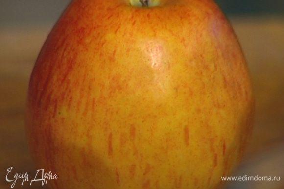 Из яблока выжать сок.