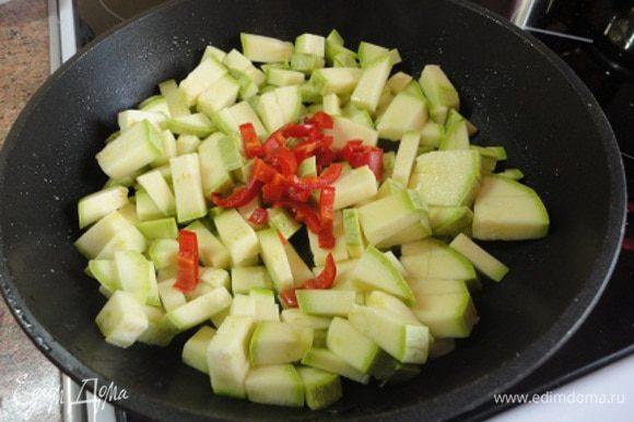 Кабачки и перчик нарезать произвольно и слегка обжарить на растительном масле.