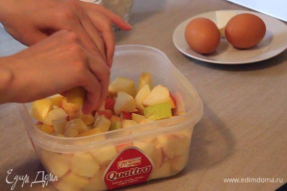Далее моем, очищаем и нарезаем яблоки на кусочки среднего размера. Поливаем яблоки соком ¼ части лимона для того чтобы они не потемнели и сохранили свой презентабельный вид. Добавляем к яблокам сахар по вкусу и 3 столовые ложки кукурузного крахмала. Все аккуратно перемешиваем и отставляем яблоки в сторонку.