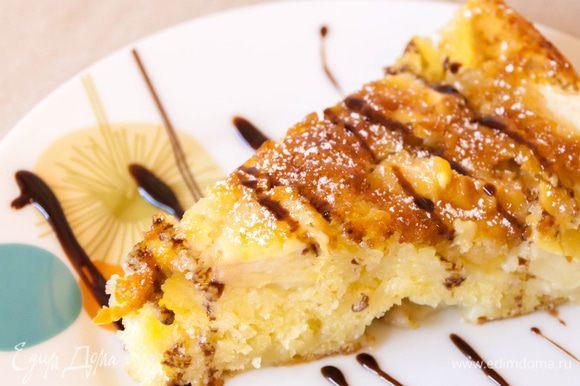 Подаем наш яблочный пирог «Невесомость» — к столу теплым. Но даже остывший – он остается таким же вкусным и нежным. Так что можете смело брать его на пикник. Приятного вам аппетита.