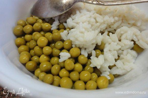 Рис соединить с горошком. Добавить перец, заправить оливковым маслом, посолить и поперчить по вкусу.