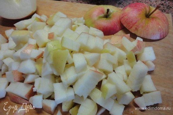 У 2 яблок срезать верхние части — крышечки и нарезать кубиками. В сковороде растопить сахар и добавить к нему яблоки.