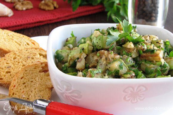 Добавить петрушку, орехи. Посолить и поперчить по вкусу. Перемешать , разложить по салатникам и сразу же подавать.