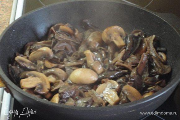 затем добавляем к ним лесные грибы и жарим еще пару минут.