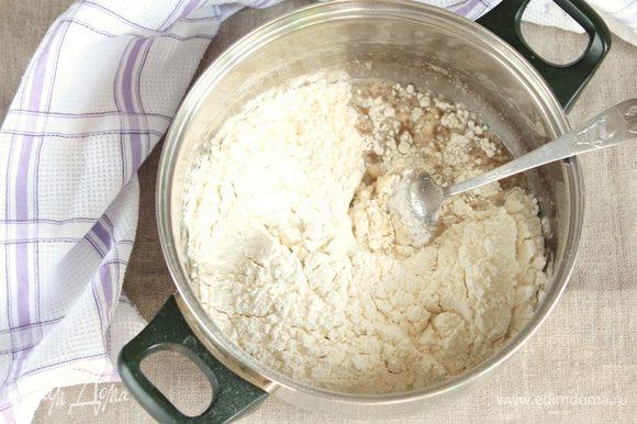 Муку пшеничную предварительно просеять и, добавляя порциями (муки может потребоваться больше или меньше), замесить и тщательно вымесить пластичное тесто, не липнущее к рукам, но не тугое.