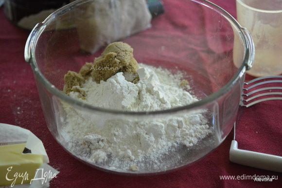 Приготовим крамбл. Смешать муку, сахар. Добавить холодное масло кусочками и все вместе порубить. Добавить затем очищенные и порубленные крупно орехи.
