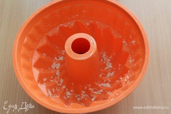 Дно формы для гугельхупфа посыпьте пластинками миндаля.