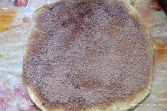 Для посыпки я соединила сахар и какао вместе. 3 круга из теста обильно смазать растопленным сливочным маслом и обильно посыпать смесью сахара с какао. Прокатала скалкой, чтобы посыпка не обсыпалась и крепче держалась.