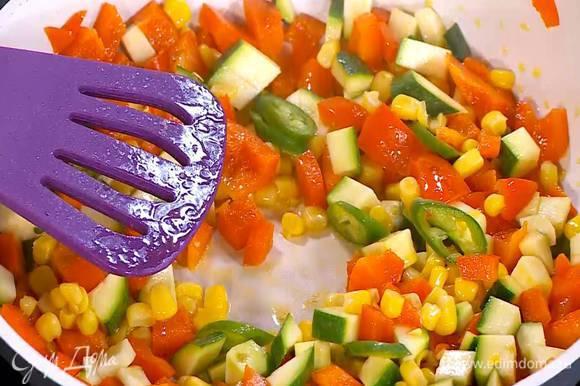 Кукурузу добавить в сковороду, все перемешать и обжарить.