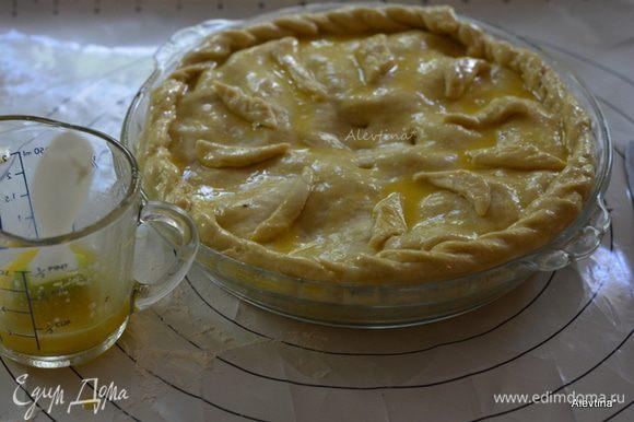Пирог смазать яйцом с сахаром. Дать постоять 15 мин. Можно украсить остатками теста после среза. Поставить в разогретую до 180°C духовку на 25 мин.