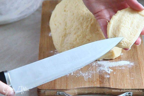 Выкладываем тесто на присыпанную мукой досточку, и проверяем качество его замеса. Отрезаем сухим ножом кусочек теста. Оно не должно тянутся за ножом. Нож должен остаться сухим, без прилипших комков теста. Само тесто внутри должно быть однородным.