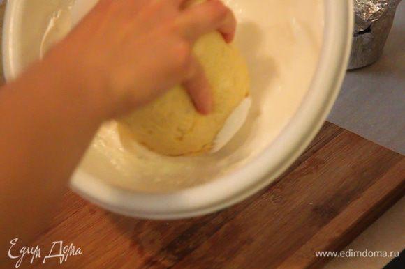 Сразу обмакиваем горячие куличики в глазури и выставляем на блюдо. Так же глазурь можно наносить лопаткой. Но мне кажется, что аккуратней и легче обмакнуть куличик в глазури.