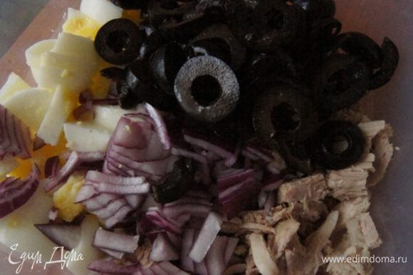 Добавить нарезанные на колечки оливки и красный лук кубиками. В следующий раз меня попросили замариновать лук в уксусе)
