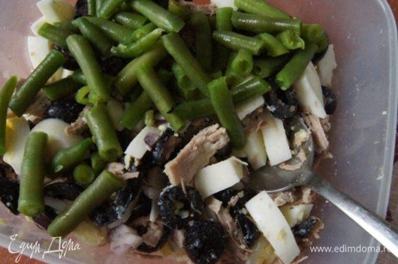 Добавить отварную стручковую фасоль. Перемешать, заправить зеленым соусом песто и можно подавать к столу.
