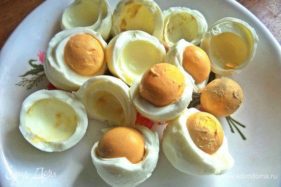После охлаждения яйца чистим, отделяем желтки от белков... Белки съедаем или используем в салат.