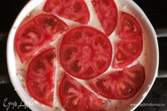 Заливаем полученную массу сливочно-яичной заправкой. Сверху выкладываем помидор, нарезанный тонкими слайсами.