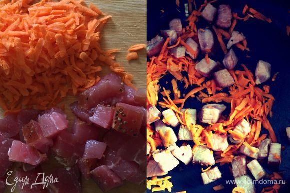 Затем нарезать вяленую свинину и натереть морковь. И также обжарить, где-то минут 5. Добавить в кастрюлю.