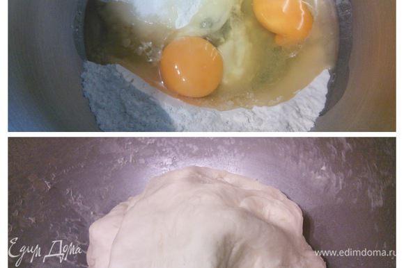 Для бубликов я использовала картофельный отвар. Для этого нужно отварить крупную (200-250 грамм) картошку, очищенную и порезанную крупным кубиком в 350 мл воды. Картошку используем в другом блюде, а 250 мл отвара отмерим и охладим до теплой температуры приблизительно в 40°. Это чуть теплее, чем температура тела. В этой воде растворим дрожжи и оставим на 10 минут для активации дрожжей. 150 г просеянной муки соединить в чаше комбайна с солью, растительным маслом и яйцами и вымешивать на маленькой скорости первые 2 минуты. Влить дрожжевую воду. Постепенно добавить оставшуюся муку и вымешивать до тех пор, пока образуется среднее по плотности однородное тесто. Вымешиваем еще 5-7 минут, формируем шарик, накрываем пленкой и ставим в теплую духовку на 1 час для расстойки.