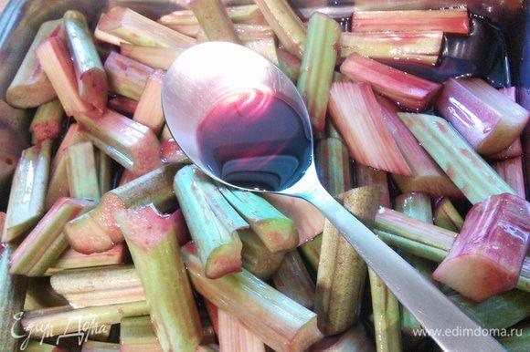 Ревень помыть, разрезать вдоль стебля, затем на брусочки, произвольной величины. Залить готовым Гренадином или гранатовым сиропом собственного производства и оставить мариноваться на 2 часа. За это время часто перемешивать.