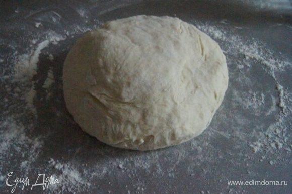 Сначала приготовим тесто. Яйцо взболтать с солью, залить ледяной водой, постепенно всыпая муку, замесить тесто. Когда оно станет достаточно густым,домесить на присыпанном мукой столе. Завернуть в пленку и оставить отдохнуть на столе минут 15.