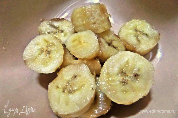 Переспелый банан размять вилкой.