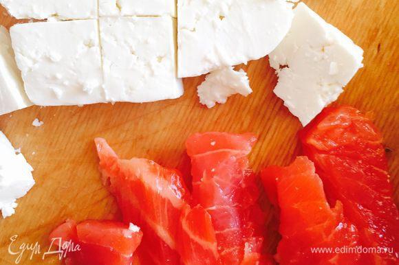 Нарежьте сыр кубиками, а рыбу ломтиками.
